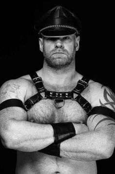 Leather Harness, Leather Men, Black Leather, Guy Pictures, Black And White Pictures, Actor Model, Hairy Men, Muscle Men, Perfect Man