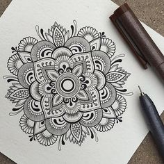 40 illustrated mandala drawing ideas and inspiration. Learn how you can draw mandalas step by step. This tutorial is perfect for all art enthusiasts. Mandala Doodle, Easy Mandala Drawing, Simple Mandala, Mandala Art Lesson, Doodle Art Drawing, Mandalas Drawing, Drawing Ideas, Circle Drawing, Doodle Doodle