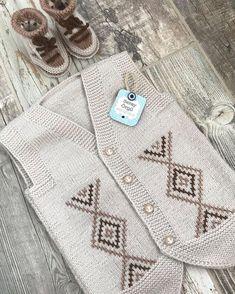 No photo description available. Baby Boy Knitting Patterns, Baby Knitting Patterns, Hand Knitting, Crochet Patterns, Baby Scarf, Baby Vest, Crochet Baby, Knit Crochet, Crochet Hooded Scarf
