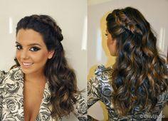 Proença criou nas madeixas de Giovanna Lancelotti um penteado para madrinhas que querem usar cabelos soltos. O cabeleireiro preparou o visual com uma tiara de tranças e ondas feitas com babyliss.
