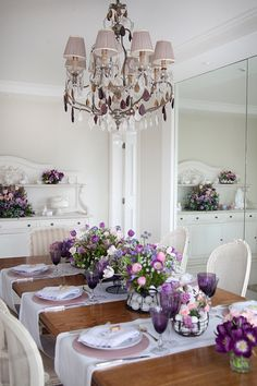 Simply and beautiful table decoration in lilac colors Easter Flower Arrangements, Table Arrangements, Purple Table, Easter Table Settings, Table Manners, Serving Table, Deco Table, Decoration Table, Diy Bedroom Decor