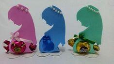 Hoje vamos aprender a fazer um lindo porta bombom para chá de bebe,chá revelação ou chá de fraldas....o porta bombom é em formato de grávida... Baby Shower Return Gifts, Baby Boy Shower, Diy And Crafts, Crafts For Kids, Paper Crafts, Moldes Para Baby Shower, Baby Shower Background, Baby Shawer, Candy Bouquet