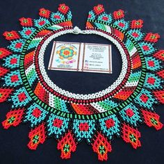 #mostasillas #colores #diseños #artesanias #colombia Beaded Collar, Collars, Beaded Necklaces, Beads, Beadwork, Bracelets, Ear Rings, Carnival, Chokers