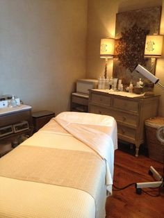 Renewal Room, The Cubicle Chick || day spa || massage therapy room || esthetician room || aesthetician room || esthetics || skin care || body waxing || hair removal || body scrub || body treatment room