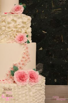 Tarta Nupcial para Sàbat - Wedding cake for Sabat - Rosas y flores en pasta de azucar. Primer piso 40 cms de diámetro x 20 cms altura, Segundo piso 30 cms de diámetro x 20 cms de altura. Tercer piso 20 cms de diámetro x 20 cms de altura y ultimo piso 10 cms de diámetro x 10 cms de altura. Altura total 70 cms. 08/10/2015 www.tartasdelunallena.blogspot.com
