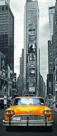 El coche amarillo descata en la fotografia de negra y blanca