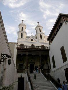 La Iglesia Colgante de El Cairo.  debe su nombre a el hecho de estar ubicado encima de una de las puertas de la antígua fortaleza de Babilonia.
