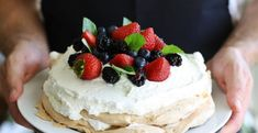Want to make a lovely pavlova? Read on to find a foolproof recipe for dessert success, tips to keep your mix from sticking, and fun toppings you can use to create your pavlova masterpiece! Unique Desserts, Köstliche Desserts, Delicious Desserts, Dessert Recipes, Yummy Food, Pan Comido, Lolly Cake, Dessert Parfait, Dessert Aux Fruits