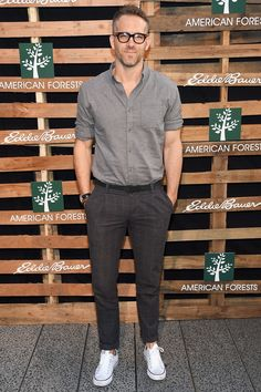 Ryan Reynolds Photos Photos - Actor Ryan Reynolds celebrates One Tree Campaign with Eddie Bauer and American Forests on August 2016 in New York City. - Ryan Reynolds Celebrates the One Tree Campaign With Eddie Bauer and American Forests Mode Converse, White Converse Outfits, White Converse Mens, White Converse Style, Converse Sneakers, White Sneakers, Mens Smart Casual Outfits, Casual Shirts, Men Casual