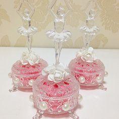 Lindos!!! Porta jóia com aplicação de pérola e bailarina em acrílico!!! #prendaminha #festabailarina - prendaminhaprenda