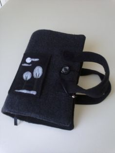 Funda libro lana prelavada con marcapáginas, asas y cierre con botón.