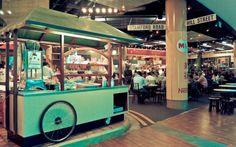 Hari Pertama : Walaupun sudah dinner di kabin Singapore Flyer, tidak ada salahnya dong mencoba Singapore Food Trail ini. Icip-icip  menu seperti ice ball - kacang puteh - bak kut teh - barbeque seafood - hokkien mie - barbeque chicken wing (BBQ sayap ayam) - chicken rice - popiah - fried Oysters .Ahahahaha siapkan space perut untuk bisa mencoba menu food trail ini #SGTravelBuddy