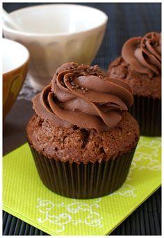 Voici une recette de cupcakes sucrés facile : des cupcakes tout chocolat ! Des muffins au chocolat noir, surmontés d'une ganache montée au chocolat au lait.