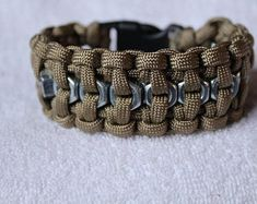Hand tied paracord bracelet with hex nut center. The bracelet is flexible and comfortable. it is in x wrist lenght. Your choose of 1 color. Paracord Braids, Paracord Bracelets, Friendship Bracelets Tutorial, Bracelet Tutorial, Paracord Projects, Paracord Ideas, Nut Bracelet, Diy Jewelry, Unique Jewelry