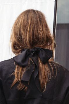 Pull your hair into a low ponytail and use one of these hair bows as a hair tie for a simple and chic Fall hairstyle. Bad Hair, Hair Day, Messy Hairstyles, Pretty Hairstyles, Toddler Hairstyles, Summer Hairstyles, Hair Inspo, Hair Inspiration, Decor Inspiration