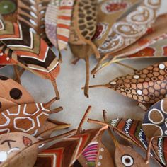 bicocacolors: hojas pintadas - cool idea for use of autumn leaves with aboriginal design