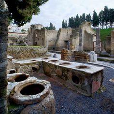 Herculano: La compañera de Pompeya................Caupones Pompeii Ruins, Pompeii Italy, Pompeii And Herculaneum, Ancient Aliens, Ancient Rome, Ancient Greece, Ancient History, Rome City, Villas In Italy