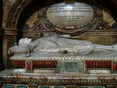 Oh my...it tells how he died...what a beautiful effigy