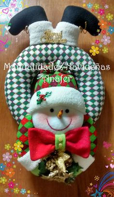 Bellos muñecos en forma de aros navideños para decorar nuestra puerta en esta Navidad. Vienen en tres diseños: Noel, Nieve y Renito.    Me... Snowman Crafts, Christmas Crafts, Merry Christmas, Diy Christmas Ornaments, Christmas Decorations, Holiday Decor, Xmax, Advent, Poinsettia