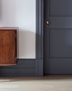 Dark trim with light walls These plinth blocks are the perfect example of how to transition from large baseboards to door trim beautifully. Dark Doors, Grey Doors, White Trim Wood Doors, Sico, Plinth Blocks, Dark Trim, Grey Trim, Door Trims, Trim On Doors