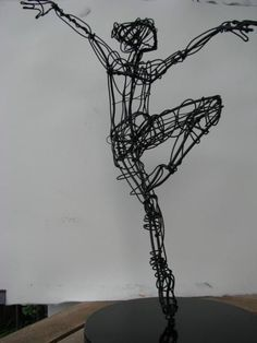On point, arms extended — Wire — Sculptures — Martin Wright, Artist Extraordinary Line And Wire Sculptures Even oefenen?The dynamic pose of the dancer make art that seems that it is moving Wire Art Sculpture, Sculpture Projects, Art Projects, Wire Sculptures, Sculpture Ideas, Metal Projects, Modern Sculpture, Abstract Sculpture, Bronze Sculpture