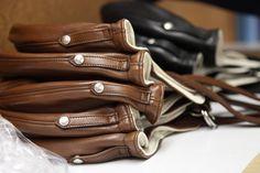Le casque souple CHAPAL est comme son nom l'indique fabriqué dans des cuirs extrêmement souples et doublé de jersey de coton légèrement ouatiné. Il se ferme par une sangle à deux anneaux.