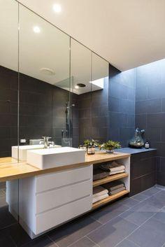 carrelage gris, lavabo blanc et meuble de salle de bain bois