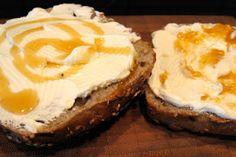 Mehrkornbrötchen mit Quark und Honig/Marmelade *