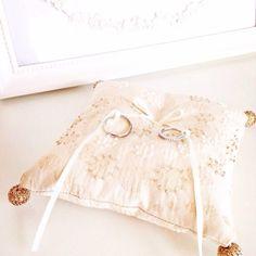 イタリア製の上品な生地にスパンコールとビーズの刺繍のリングピローキットです。アンティーク風なアイボリーの生地は、教会式はもちろん、神前式にも合いそうです。四隅のビーズボールが豪華な雰囲気をプラス。オトナのリングピローです。完成品5200円も承ります。お問合せ下さい。 Ring Pillow, White Shorts, Wedding, Creema, Women, Tray, Bridal Garters, Boyfriends, Valentines Day Weddings