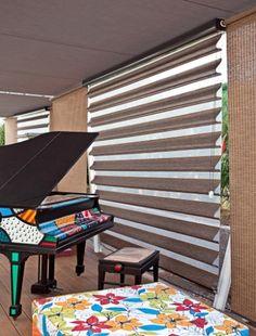 """Este tipo de cortina (Luss - www.lussdecor.com.br) é formado por """"gomos"""" de tecidos que, acionados, sobrepõem-se uns aos outros, formando um efeito de """"babado"""". Por proporcionarem luz filtrada, são indicadas para salas"""