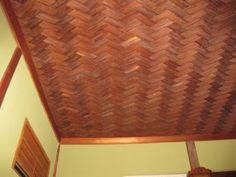 鎖の間では天井一面にびっしりと杉の皮で編まれた網代編が施されています。