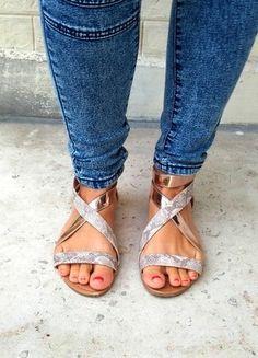 A vendre sur #vintedfrance ! http://www.vinted.fr/chaussures-femmes/sandales/17201434-sandales-plates-roses-dorees-et-imprimes