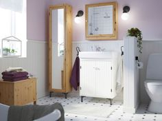 A rustic bathroom with SILVERÅN series in solid pine and FRÄJEN towels in lilac, beige and white