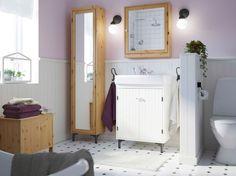 Ein rustikal eingerichtetes Badezimmer mit weißer SILVERÅN Waschkommode mit 2 Türen, SILVERÅN Hochschrank mit Spiegeltür in Hellbraun aus massiver Kiefer und anderen SILVERÅN Möbeln