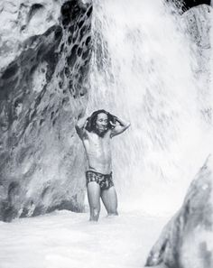 Rare shot of Bob Marley while swimming.