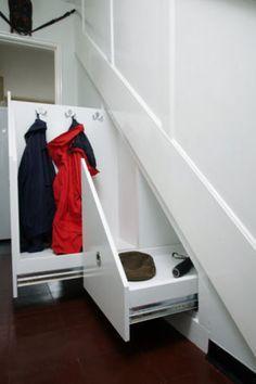 Para guardar abrigos en uso sin afear la entrada./ Coat storage under the stairs.//