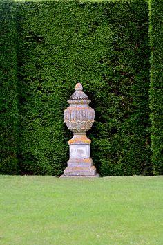 Large traditional type urn as focal point in the backyard - Garden Tips Garden Urns, Garden Statues, Formal Gardens, Outdoor Gardens, English Garden Design, Urn Planters, Parcs, Garden Ornaments, Hedges