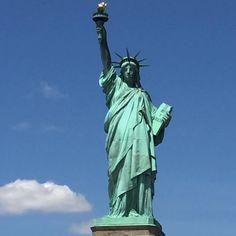 Postal turística #igers #igersnyc #picoftheday #nyc #newyork #statueofliberty #sky