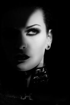 Shadow and lighting for noir effect? Black N White, Black White Photos, Black And White Photography, Black Swan, Low Key Photography, Portrait Photography, Fashion Photography, Dark Beauty, Photo Glamour
