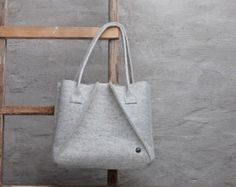 Light grey Merino wool felt bag, grey large felt bag for woman, grey elegant bag, large felt shoulder bag, everyday bag, handmade bag