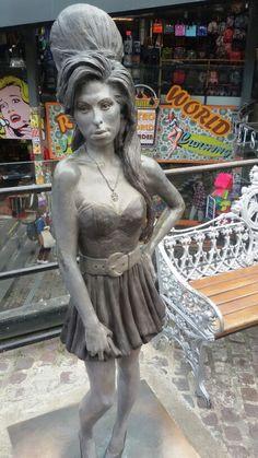 Amy Winehouse: la sua statua a Camden