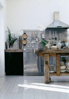 love this industrial kitchen design Wooden Kitchen, Rustic Kitchen, New Kitchen, Kitchen Dining, Kitchen Decor, Awesome Kitchen, Paris Kitchen, Kitchen Utensils, Kitchen Work Bench