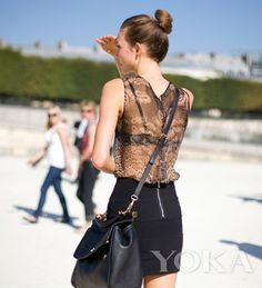 Chic crossbody bag: Sexy black becomes fashionistas' necessary element. A practical crossbody bag makes you more chic although you wear in mature style.