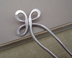 Your marketplace to buy and sell handmade items. Trinity loop aluminum double hair fork, pin scarf, hair sticks bun holder… STEP-BY-STEP INSTRUCTIONS and PHOTOS to Knit . Knitting Accessories, Hair Accessories, Copper Hair, Metal Hair, Celtic Trinity Knot, Celtic Heart, Bijoux Fil Aluminium, Gabel, Hair Sticks
