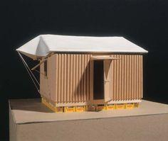 Paper Log House, 1995,  Shigeru Ban    Caisse remplie de sable, carton, bâche, journaux- tubes (isolation)   Habitat d'urgence, minimaliste, ready-made, matériaux naturelles