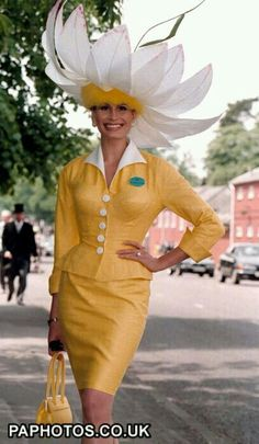 ASCOT Hat Fashion - Completely OTT, but very reminiscent of David Shilling's creations for his mother, Gertrude. Fancy Hats, Cool Hats, Caroline Reboux, Royal Ascot Hats, Fascinator Hats, Fascinators, Headpieces, Hat Day, Crazy Hats