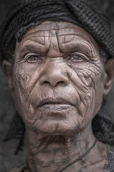 Tattoo and Wrinkles - Portrait of an elderly woman (Lalibela, Ethiopia). Beautiful World, Beautiful People, Old Faces, Unique Faces, Face Photography, Face Expressions, Expositions, Interesting Faces, World Cultures