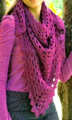 Chal en lana semigorda con un calado muy simple de realizar.    Es una prenda comodín del invierno.