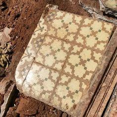 Rescued #tile #thetilehunter #barcelona #cazabaldosas #caçarajoles #rajolahidràulica #baldosahidráulica #igerscatalunya #tileaddiction #ihavethisthingwithtiles #ihavethisthingwithfloors #floortile #handmadetile #vintage #modernisme #Gracia #hydraulictiles #ig_barcelona #ig_street #cementtiles  #tiles by cazabaldosas