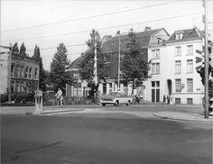 Utrecht verandert geleidelijk door de jaren heen. Soms gaat de verandering sneller; in het stationsgebied is het straatbeeld dagelijks weer anders. Sommige plekken lijken weer heel weinig te veranderen. In deze rubriek kijken wij naar het verleden en heden. Door locaties op oude foto's van Het Utrechts Archief na te fotograferen is goed te zien hoe sommige plekken in de stad zich ontwikkelen. Vandaag de tiende serie foto's.